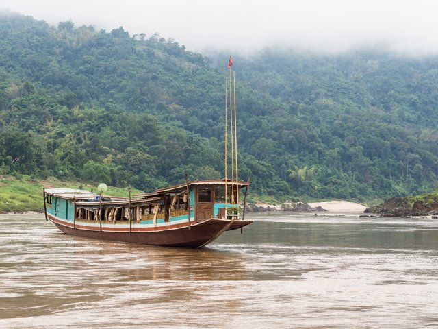 Slowboat oder Longtailboat am Mekong in Laos